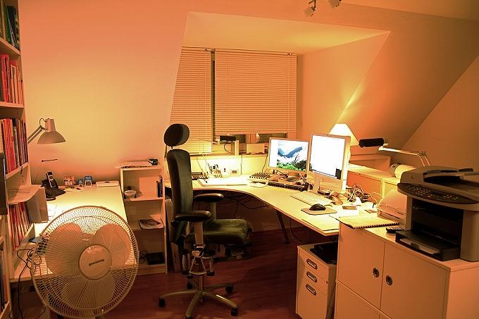 SOHO 自宅オフィス には高級オフィスチェアとマルチディスプレイで作業効率アップ!